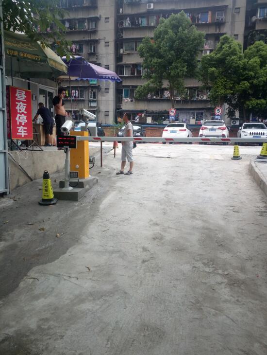 万年场-双成五路 停车场 安装车牌识别系统